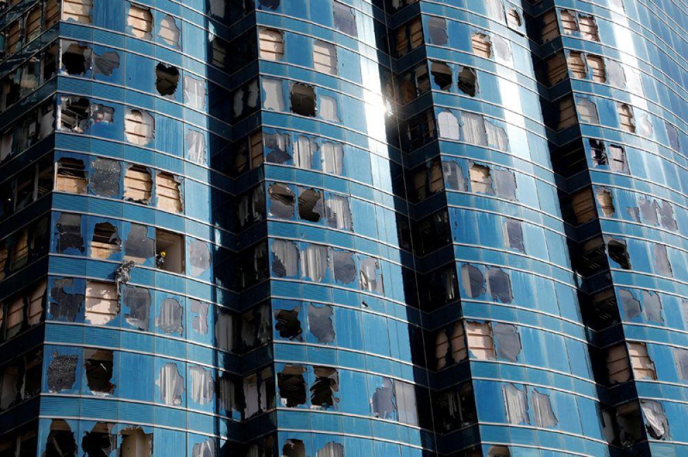 Разбитые окна небоскреба One Harbour Front после того, как на район обрушился тайфун «Мангхут», Гонконг.