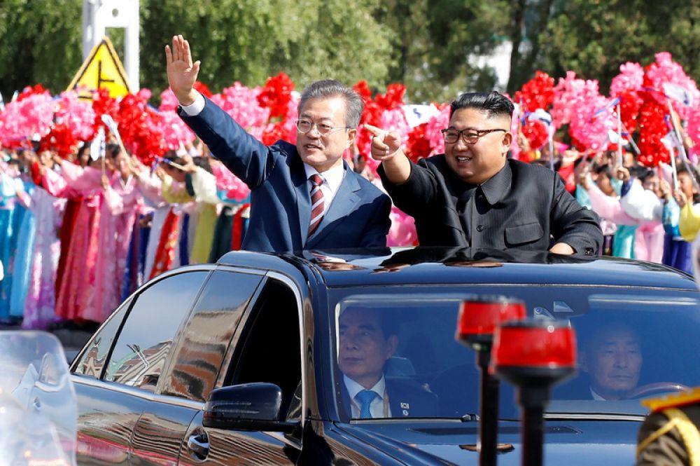 Президент Южной Кореи Мун Чжэ-ин и лидер КНДР Ким Чен Ын во время парада по случаю исторической встречи в Пхеньяне, Северная Корея.