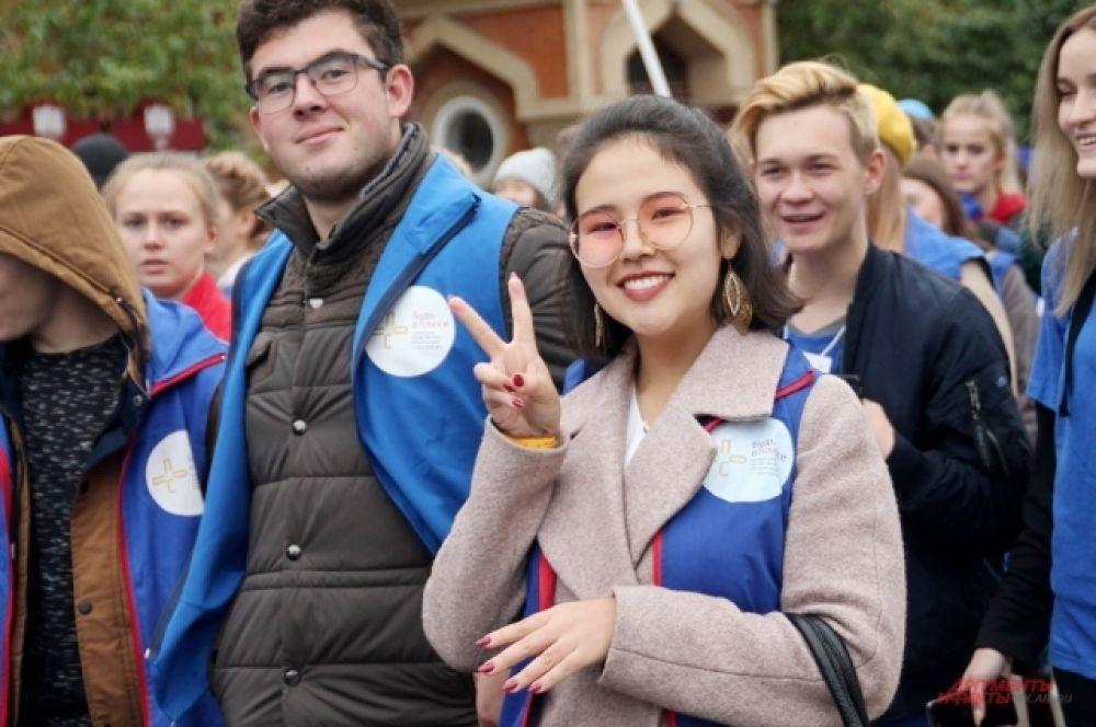 В первой колонне шли студенты с флагами.