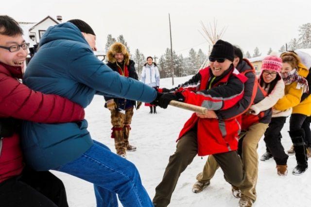 Китайские туристы любят снег и с удовольствием предаются русским забавам!