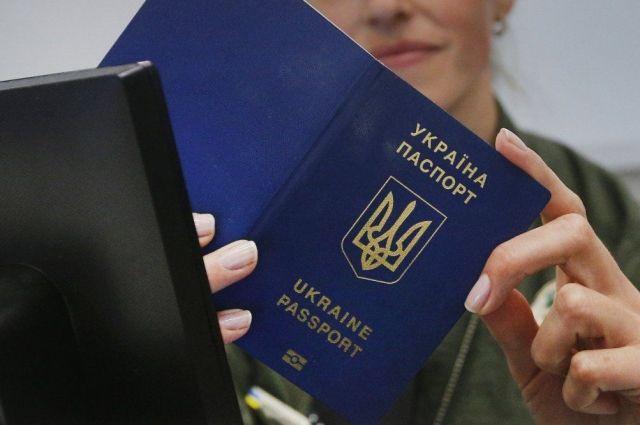 Суд постановил, что отказ в выдаче паспорта-книжки является незаконным