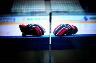 В турнирной таблице новосибирские хоккеисты пока не набрали ни одного очка.