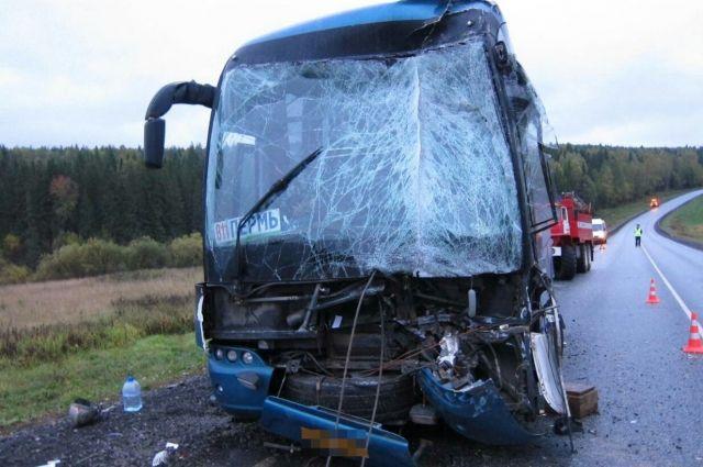 В результате аварии водитель попал в больницу с травмами ног, еще три человека отделались ушибами.