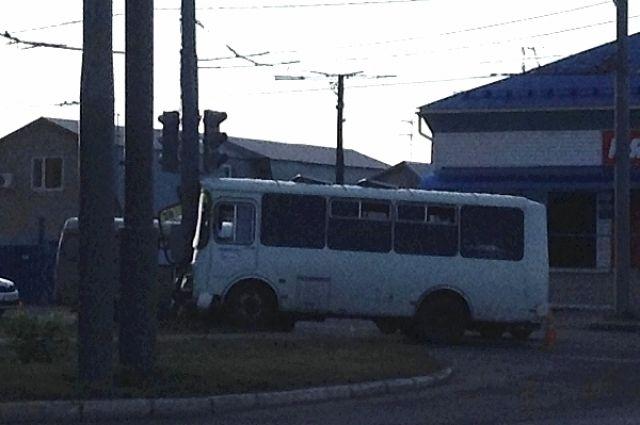Автобус остался без двери.