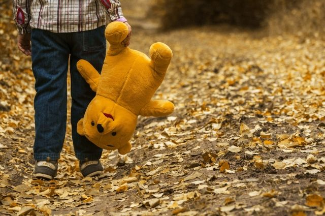 Двухлетнего малыша заметили возле одной из оживленных дорог.