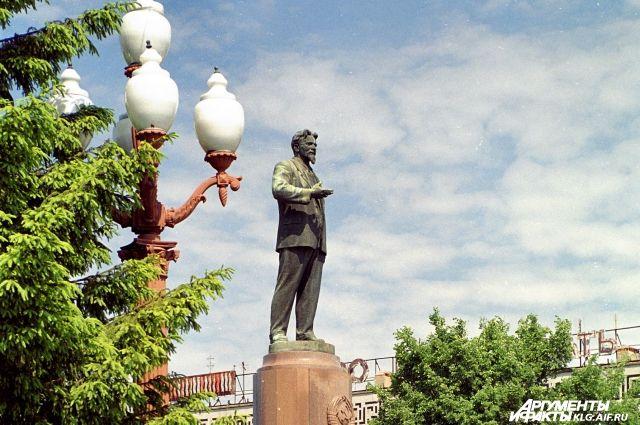 В Калининграде ради реконструкции демонтируют памятник Калинину.