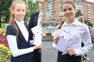 Соня и Амалия со своими работами в день открытия сквера.