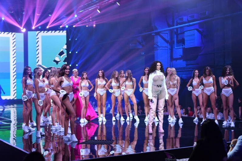 Выходов на сцену было сразу несколько, причем один из них особо - пикантный, в нижнем белье или купальнике. Кстати, у этого выхода было еще одно