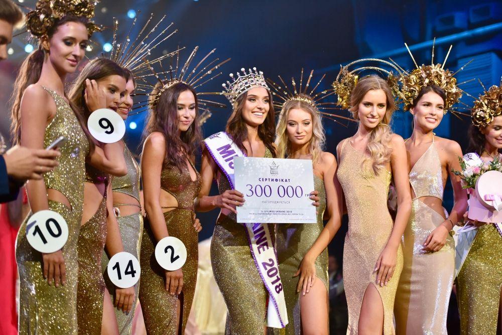 Помимо короны, Вероника Дидусенко получила также сертификат на 300 тысяч гривен.
