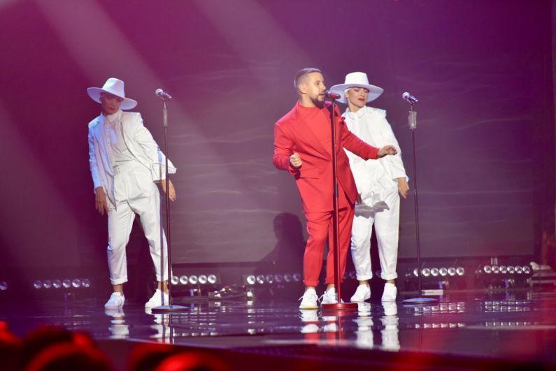 Кроме Насти Каменских, на конкурсе выступал также MONAТIK в эффектном красном костюме.
