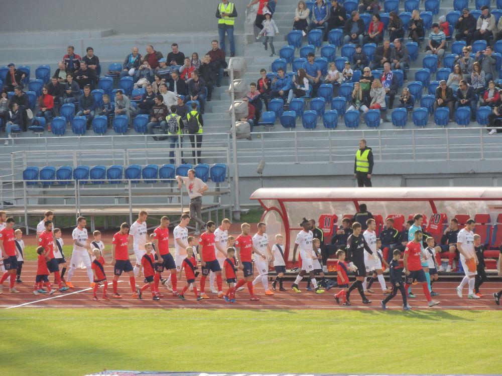 Игроки выходят на поле.