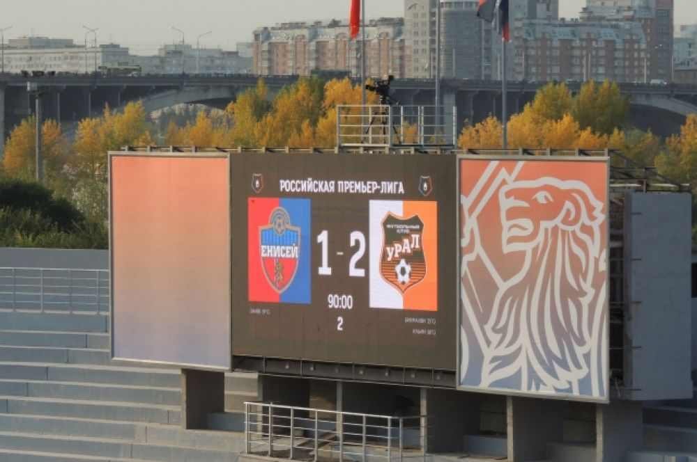 Активная поддержка болельщиков не помогла красноярским футболистам выиграть. Счет 1:2 в пользу гостей.