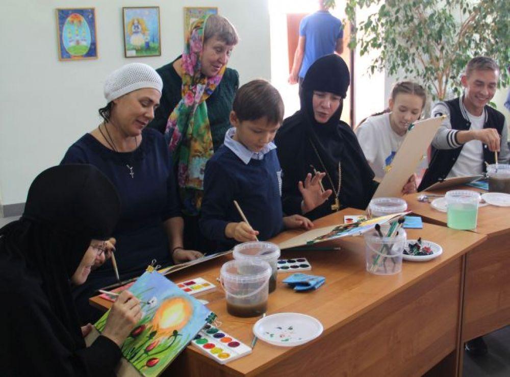 Кроме учителей в уроках акварельной живописи с удовольствием приняли участие дети, а также сестры Спасской обители, включая настоятельницу мать Сергию (Вотрину).