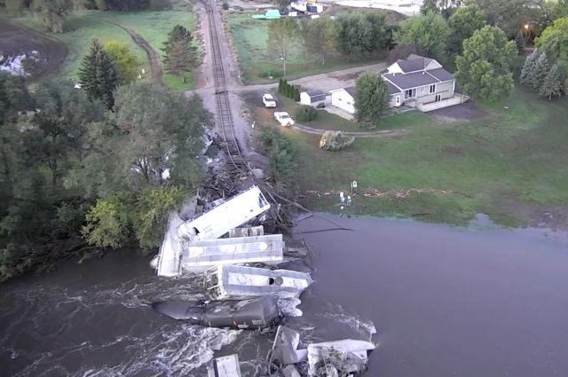 В США грузовой поезд упал в реку с обрушившегося моста