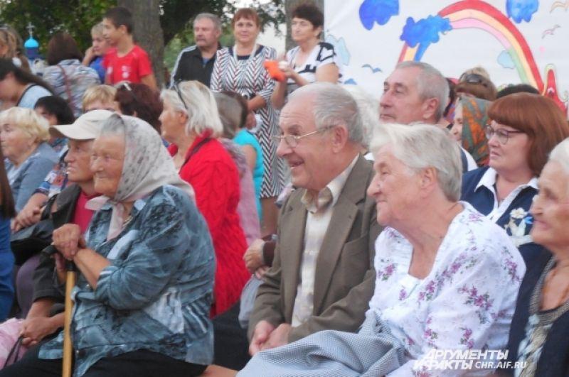 В первом ряду -  почётные гости. В том числе золотые юбиляры, в этом году отметившие 50-летие совместной жизни, - Крючковы Зинаида Митрофановна и Юрий Васильевич