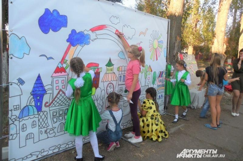 Дети охотно приняли участие в создании яркого образа родного села.