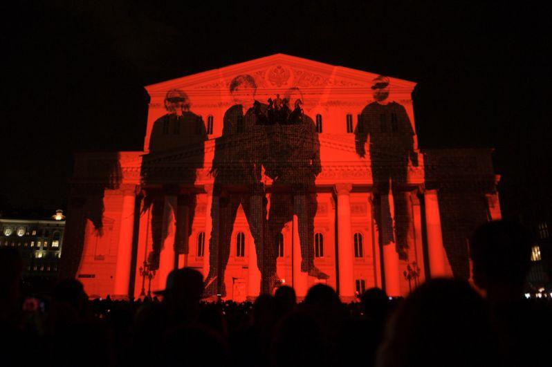 Мультимедийное шоу на фасаде Большого театра в рамках фестиваля «Круг света».
