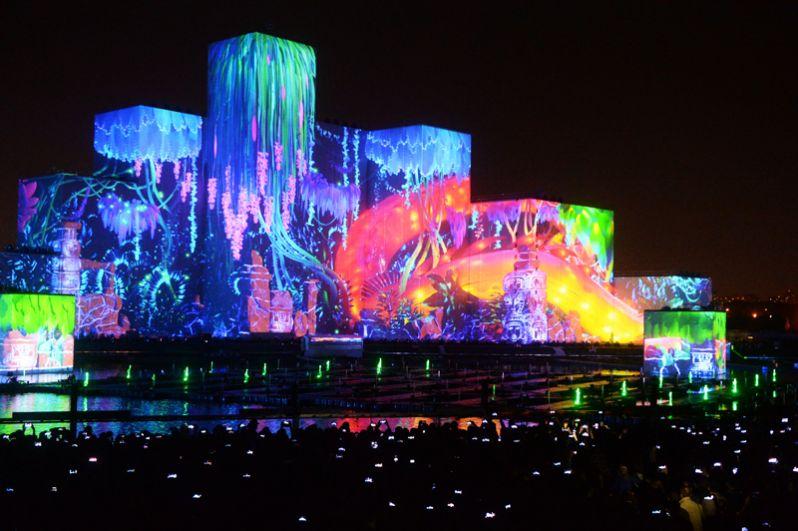 Шоу, получившее название «Карнавал света» претендует на два достижения Книги рекордов Гиннеса — самая большая проекция на воду и самое большое число одновременно зажженных горелок.