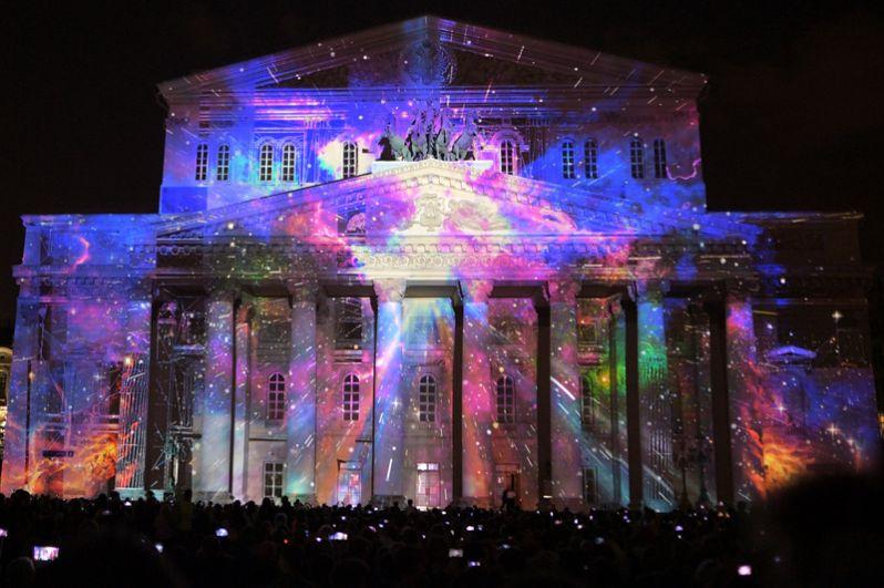 Световая инсталляция на тему космоса на фасаде Большого театра в рамках конкурса видеомэппинга и виджеинга Art Vision.