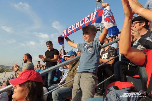 Поболеть за родную команду на стадион пришло больше 12 тысяч человек.