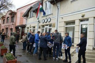 На Закарпатье активисты пикетировали консульство Венгрии