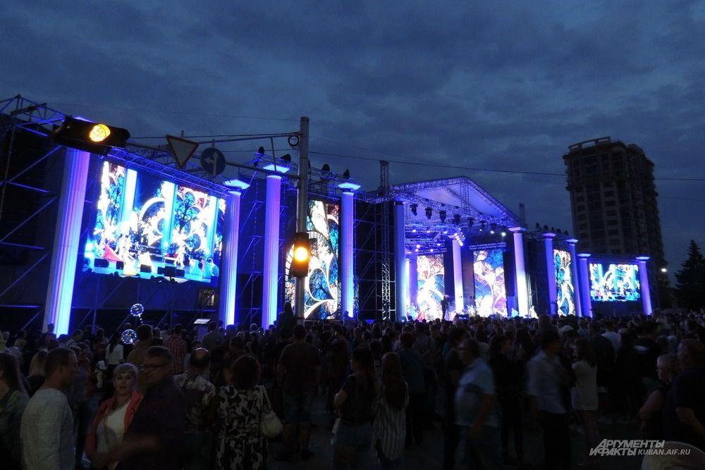 Главная сцена праздника состояла из нескольких огромных экранов.
