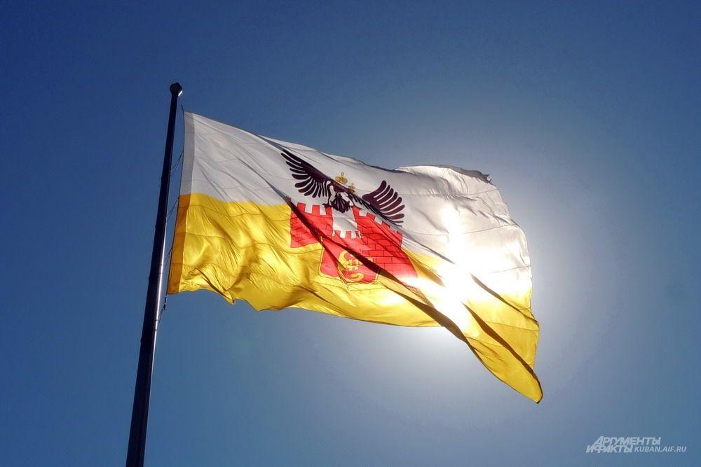 На Театральной площади торжественно подняли флаг Краснодара.