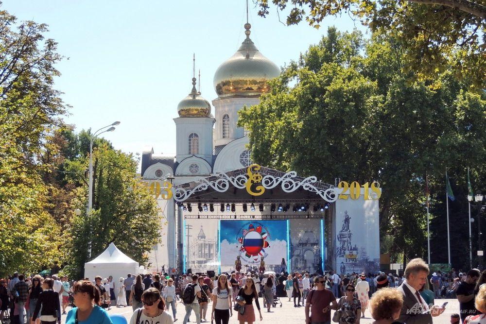 Сцена на фоне Войскового собора Александра Невского.