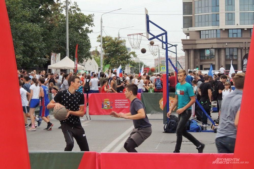Молодёжная праздничная программа с участием юных спортсменов.