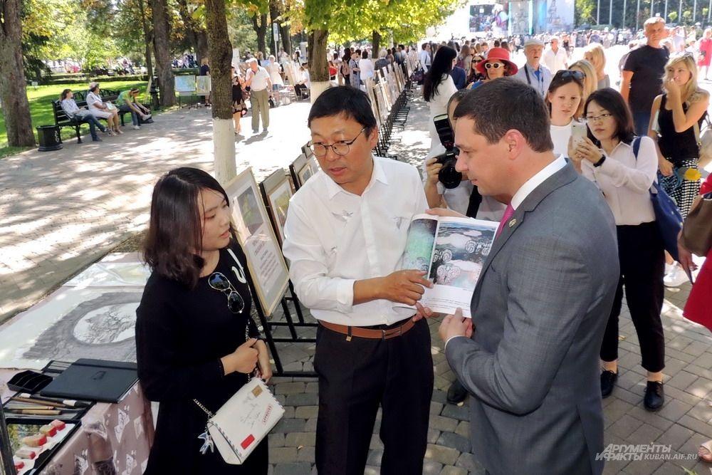 Глава Краснодара Евгений Первышов общается с представителями китайского Харбина, который является побратимом кубанской столицы.=