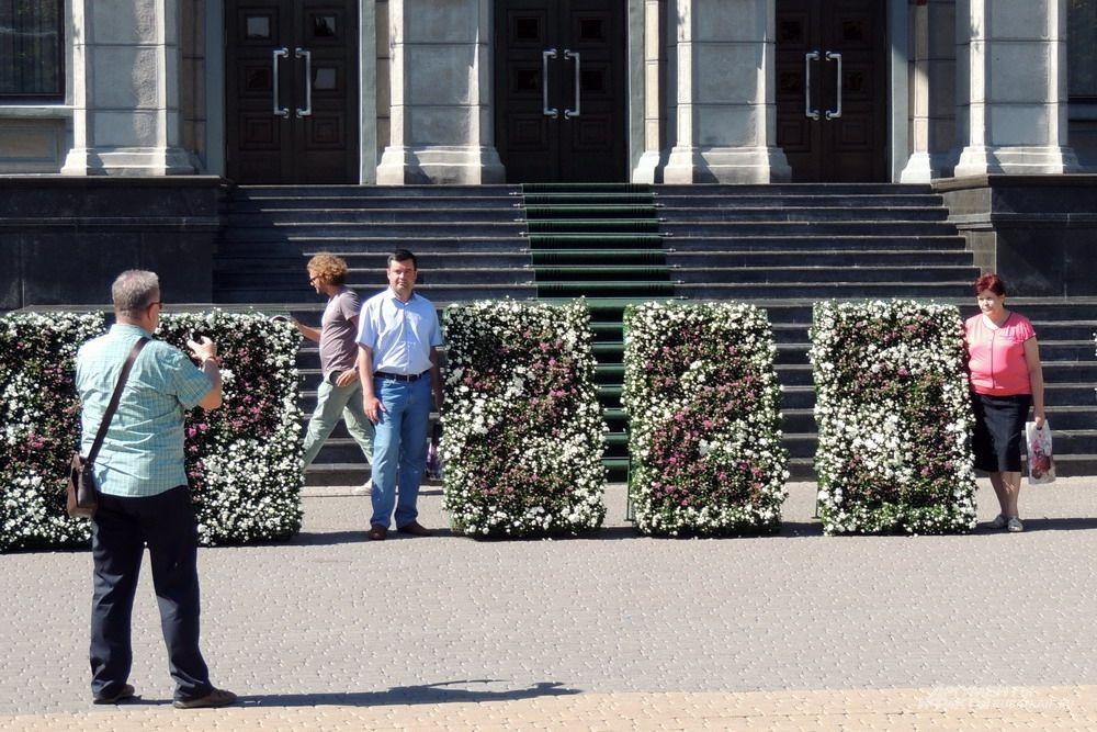 Люди фотографируются на фоне цифр с возрастом Краснодара возле Законодательного собрания края.
