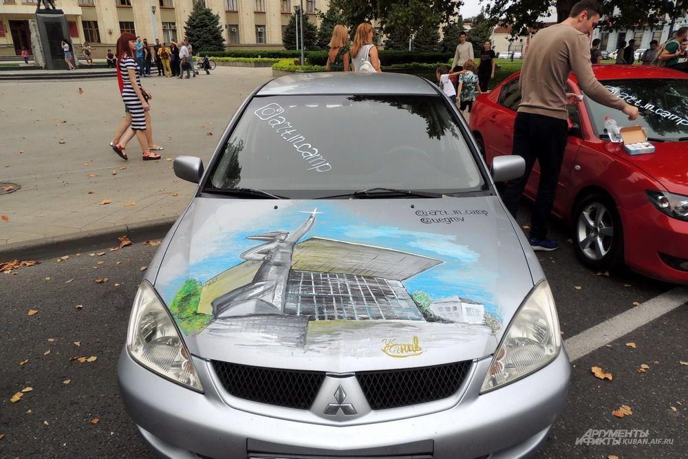 Один из главных символов Краснодара на капоте автомобиля.