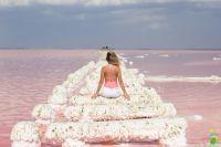 Соленое озеро в Крыму розового цвета.