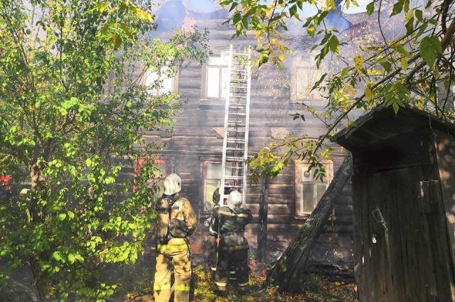 Как сообщает МЧС по Пермскому краю, загорание началось внутри здания.
