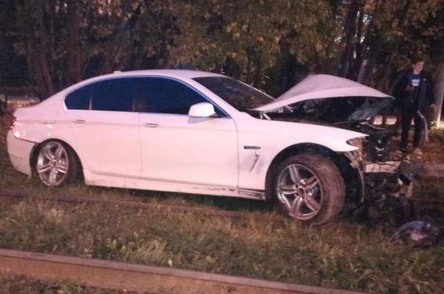 Водитель врезался в препятствие и пострадал.