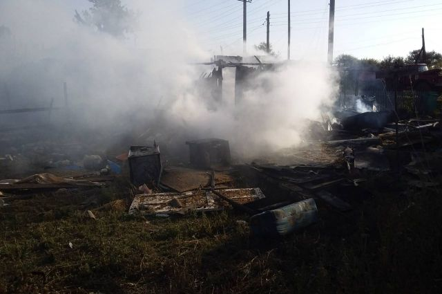 В Переволоцком районе из-за баллонов с газом сгорел дом, есть пострадавшая.
