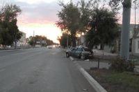 Врезались в дерево: в Оренбурге ночью в ДТП погиб 19-летний юноша.