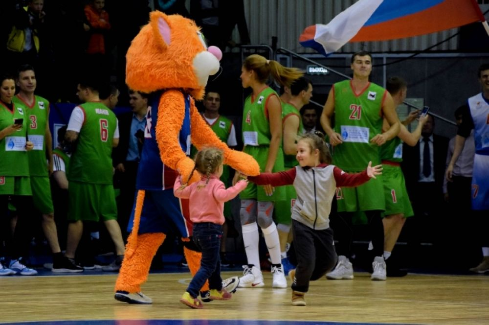Дети играли с талисманом баскетбольного клуба «Иркут» – рыжим котом.
