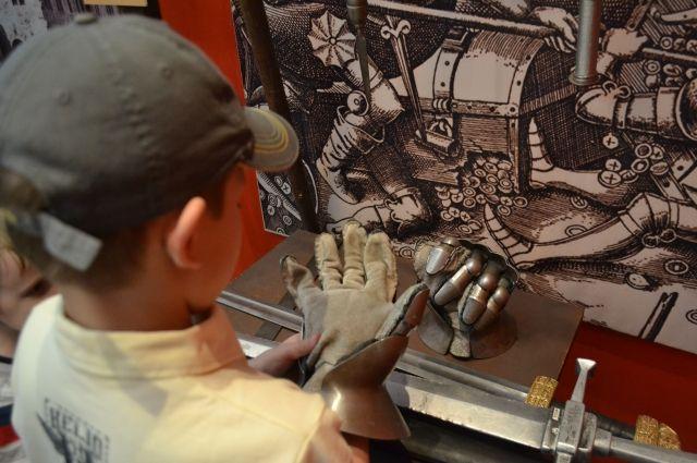 В любом музее интереснее, если экспонаты можно трогать руками.