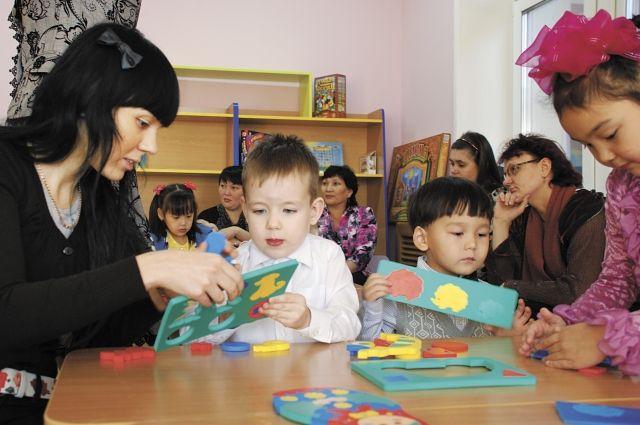 Почти половина специалистов детских садов имеют высшее образование.