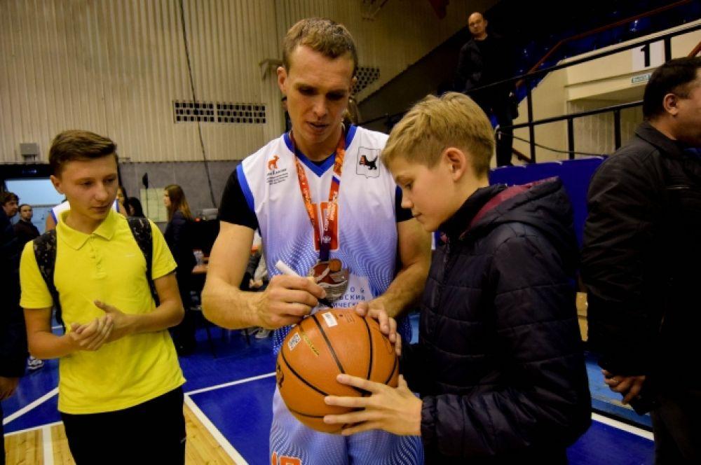После матча любой желающий мог сфотографироваться со звездами спорта и взять у них автограф.