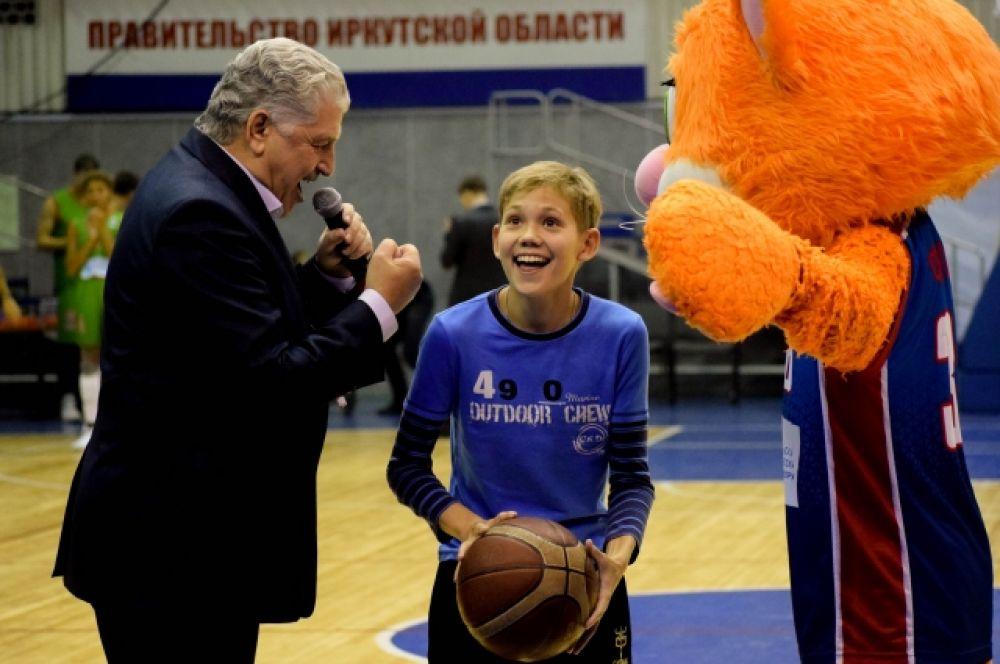 За несколько часов до матча участники провели мастер-классы по баскетболу и футболу для воспитанников спортивных школ.