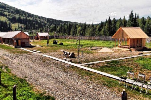 В бараках можно увидеть, как жили заключённые, а также кабинет начальника лагеря.