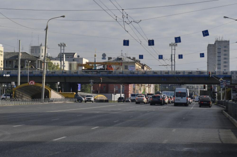 Метромост - тонны бетона, километры проводов и огромный поток машин.