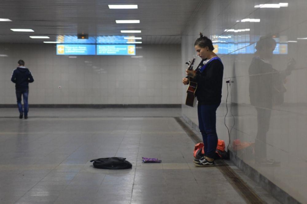 На станции метро нет метро, но есть музыкант.