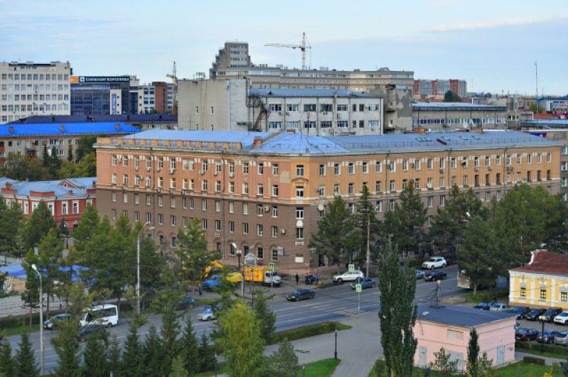 Угловой дом на пересечении улиц Тарская и Интернациональная.