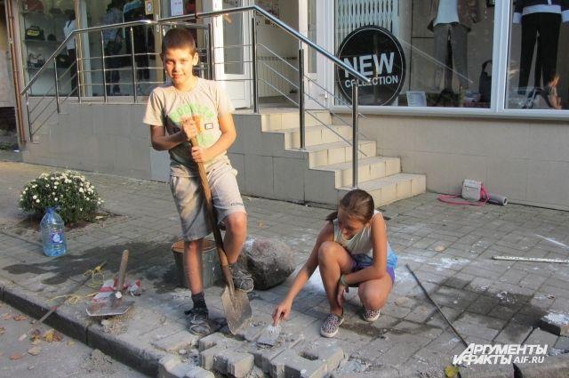 Никите надоело видеть разбитый тротуар, он взялся его чинить.