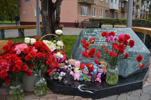 На месте стихийного мемориала установили памятный камень.