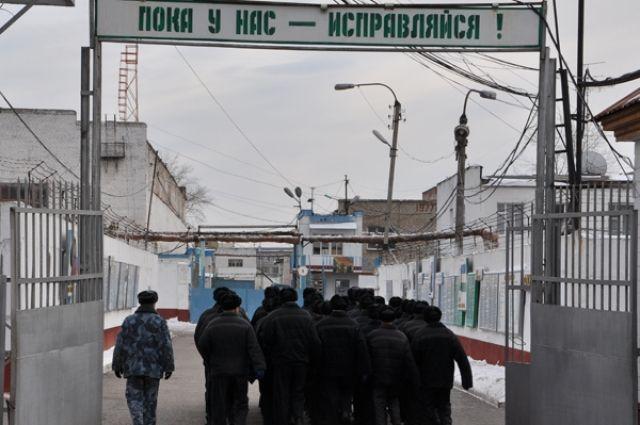 Нападавшего признали виновным в применении насилия в отношении сотрудника места лишения свободы и осудили на восемь с половиной лет в колонии особого режима.