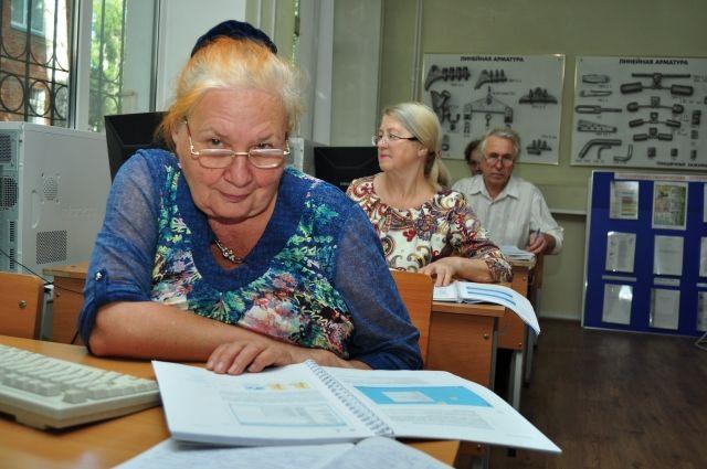 Пенсионеры идут в ногу со временем - изучают компьютер.